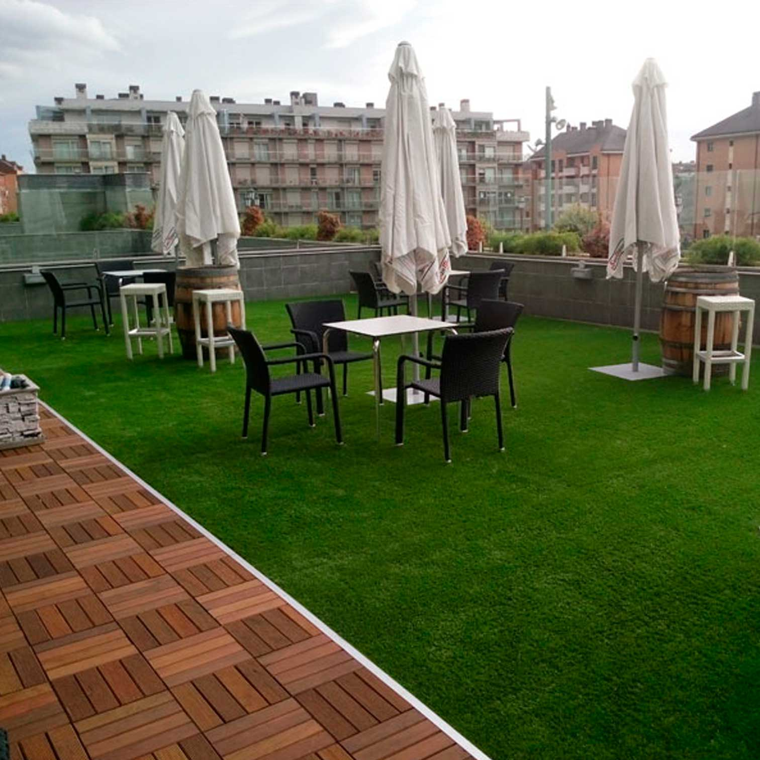 Cesped artificial terraza peinar csped para arena de - Terraza con cesped artificial ...