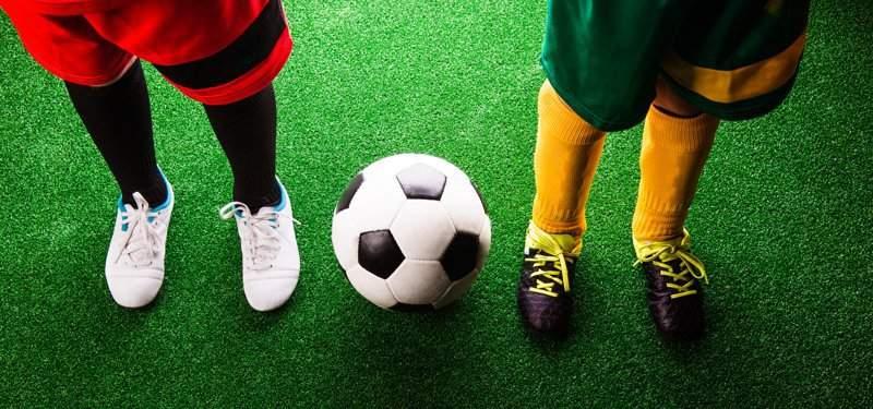 Mantenimiento del césped artificial en un campo de fútbol