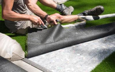 ¿Cómo se fija el césped artificial a la superficie?