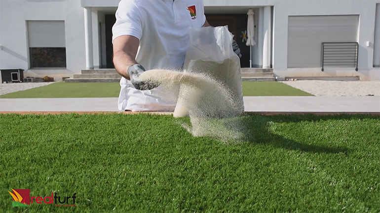 Recebar el césped artificial con arena de sílice