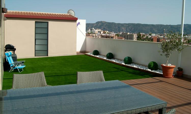 Relva artificial en terraço